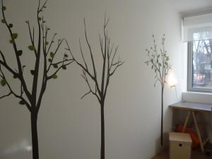 silbensalon WandTattoo dekoriert mit Papierblättern aus dem silbensalon