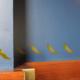 Pfauen stolzieren in einer Bordüre auf Ihrer Wand