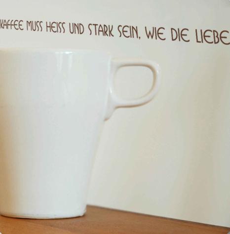 wandtattoo kaffee muss hei und stark sein wie die liebe silbensalon. Black Bedroom Furniture Sets. Home Design Ideas